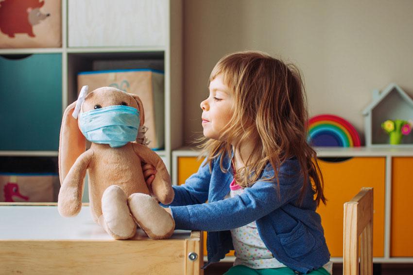 Soledad infantil durante la pandemia, niños en casa y padres trabajando